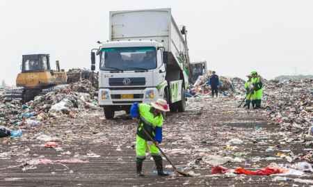 垃圾转运车作业